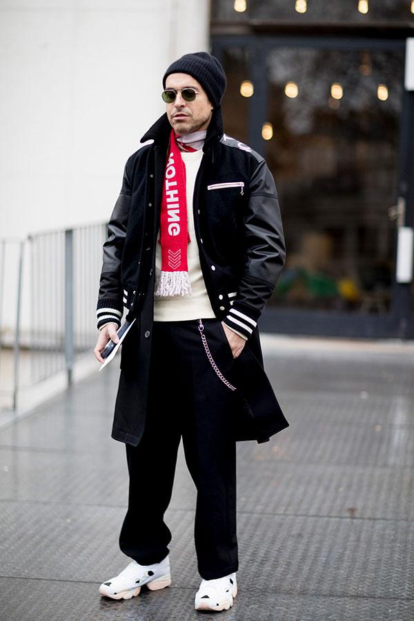 黒ニットキャップ×Junya Watanabe x The North Faceスタジャン×黒コート×白セーター×黒パンツ×Reebokインスタポンプフューリー白
