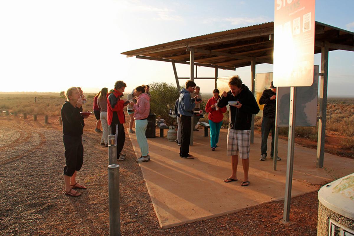 Uluru_aamiainen_autiomaassa