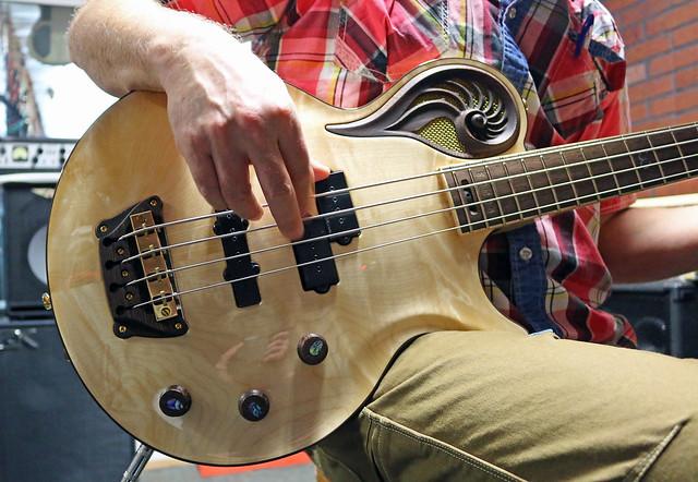 Universum Guitars  - natural Epsilon Bass (1)