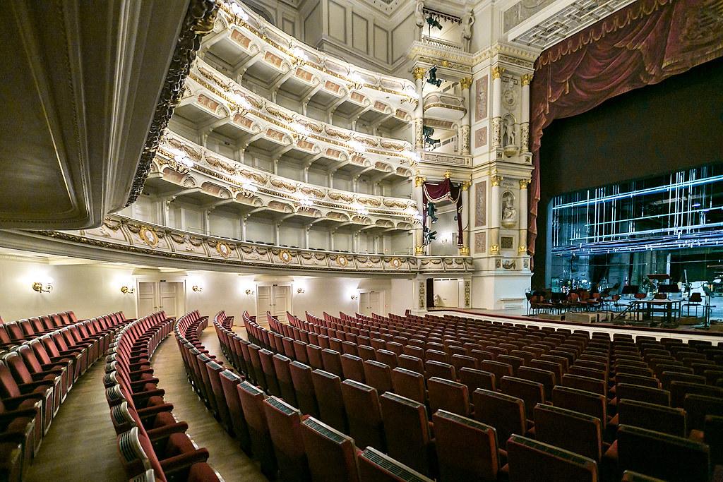 Земперопер время, Опера, большой, вестибюль, пройти, Балконы, мрамором, прожилками, Теперь, можно, монументальной, Потолок, необыкновенным, люстрой, сцена, сценой, окошках, видны, цифровые, легко