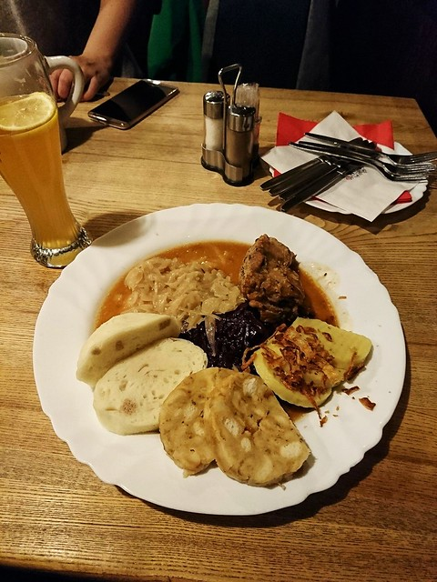 像饅頭與發糕的dumplings ,是捷克的傳統菜,享用時一定要配上一大杯捷克啤酒。圖/陳冠蓉提供