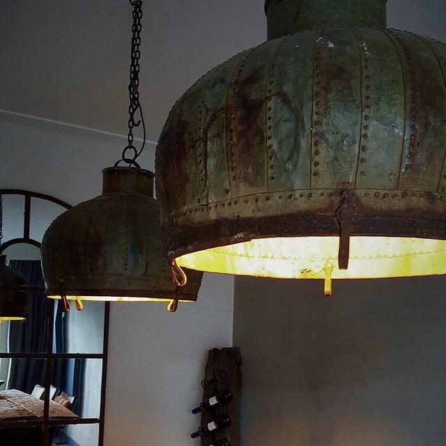 Grote stoere hanglampen boven de eettafel