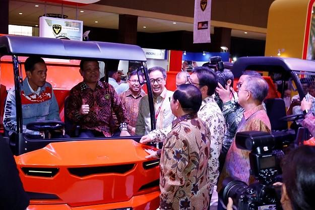 Presiden Joko Widodo Kunjungi Booth Kiat Mahesa Wintor di IIMS 2018