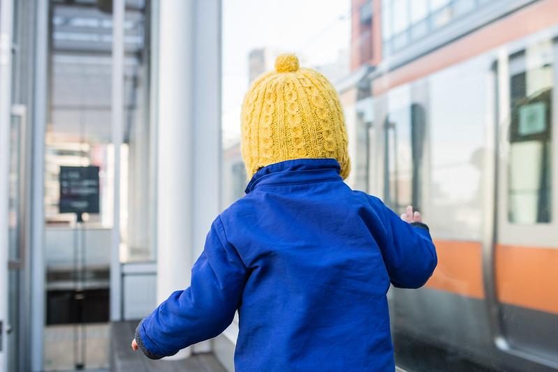 2013プラットホームから中央線を見る子ども