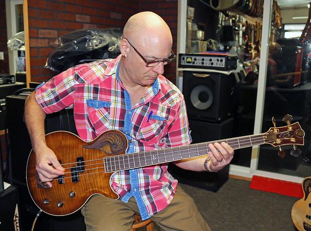 Universum Guitars  -  dark Epsilon Bass (4)