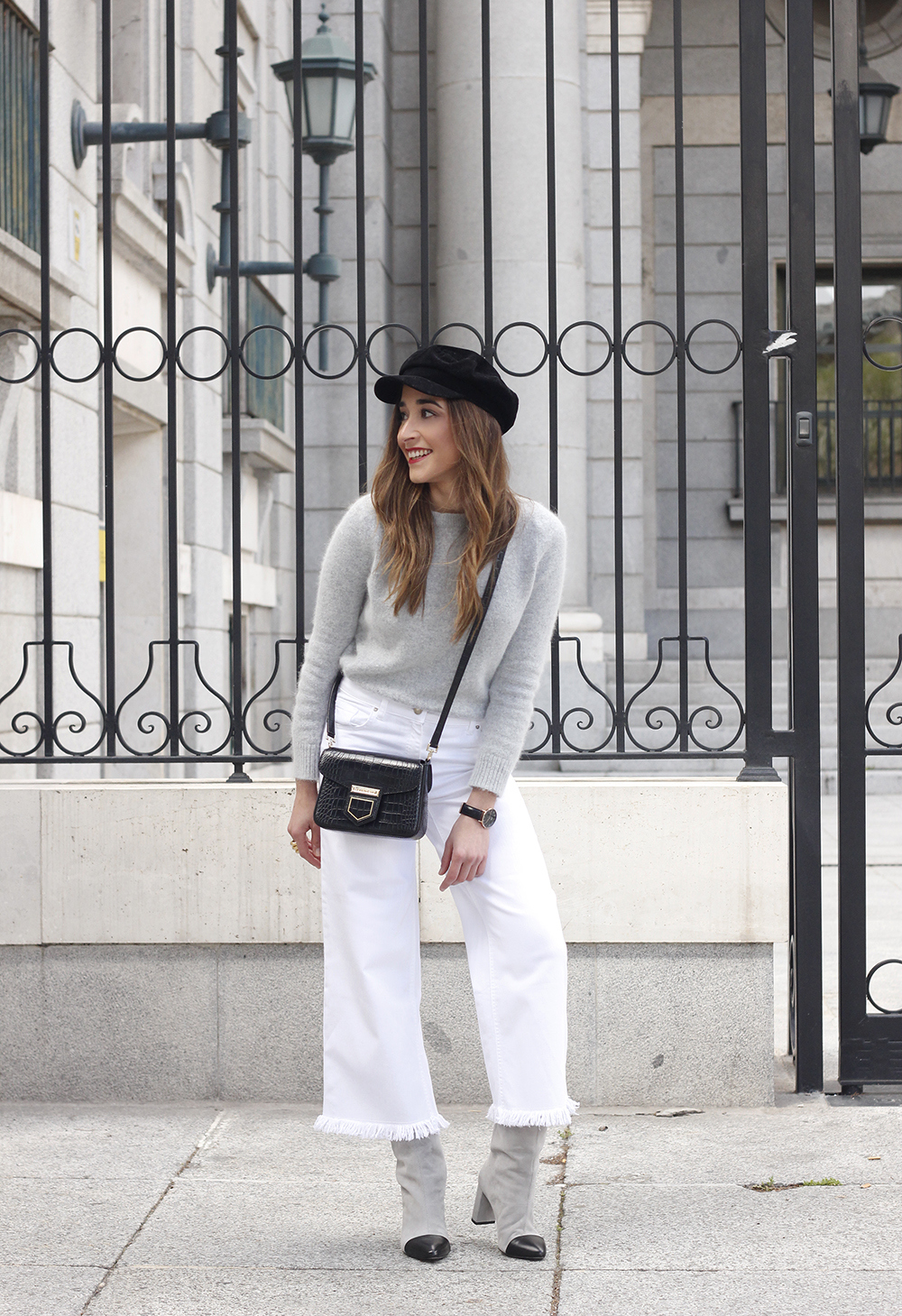 white jeans frayed hem jeans uterqüe bicolor boots gray sweater givenchy bag outfit10