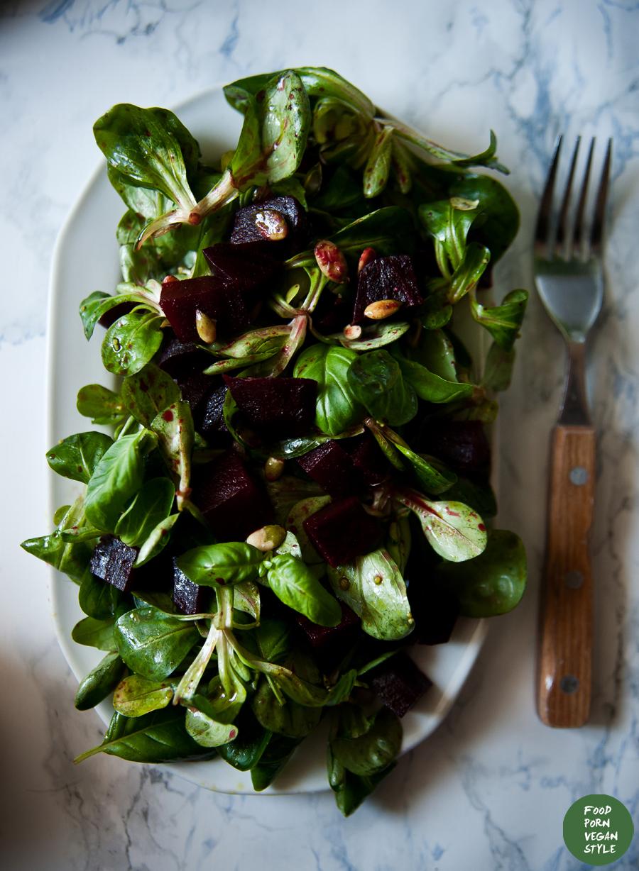Lamb's lettuce salad with baked beetroot, basil and pumpkin seed oil / Sałatka z roszponką, pieczonym burakiem i olejem z pestek dyni
