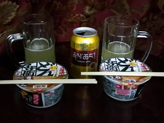 japanese instant udon noodles eaten in eastern tibet 東チベットで食べた年越し用のどん兵衛