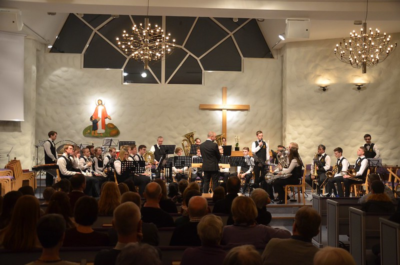 Göta Brass Band med Axel Olesund som presentatör