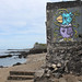 Petite plage et peinture murale à Terre-Sainte