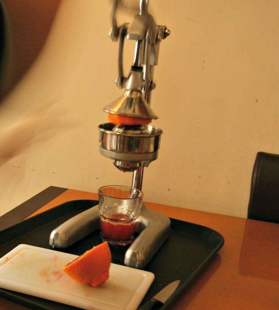 Juomaksi voi puristaa itse mehua tuoreista appelsiineista.