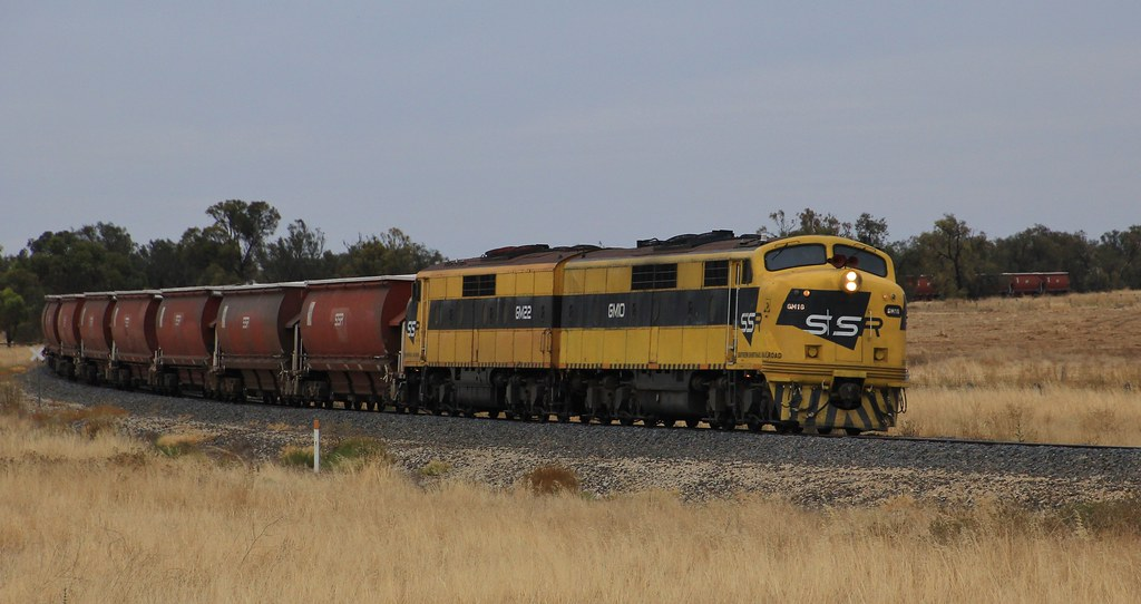 GM10 and GM22 round the final curve before entering Murtoa yard by bukk05