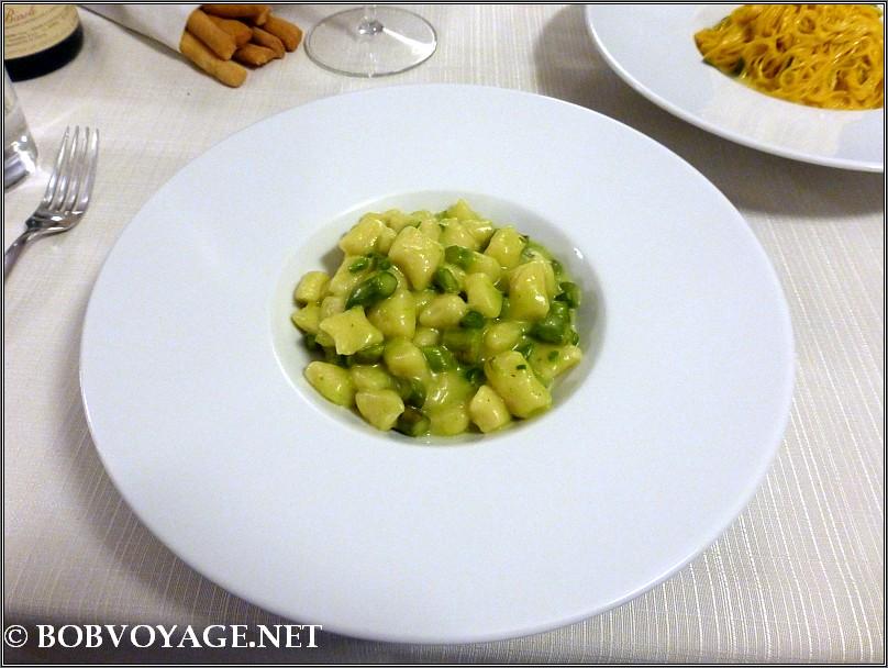 ניוקי עם אספרגוס ב- Osteria Boccondivino