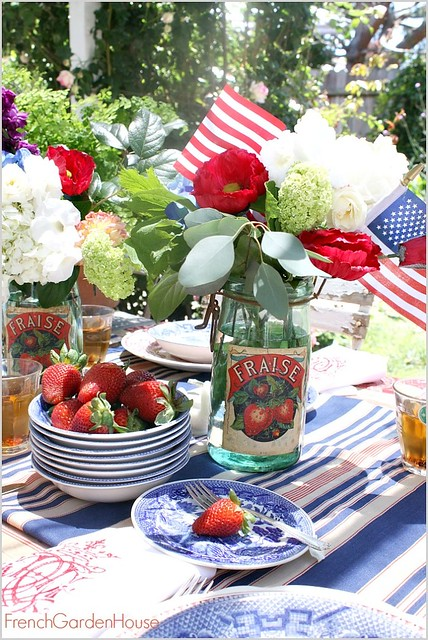 French-Garden-House-Memorial-Day-Red-White-Blue-Tablesetting-floral