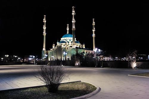 грозный мечеть чечня ночь огни минарет фонари улица сердцечечни