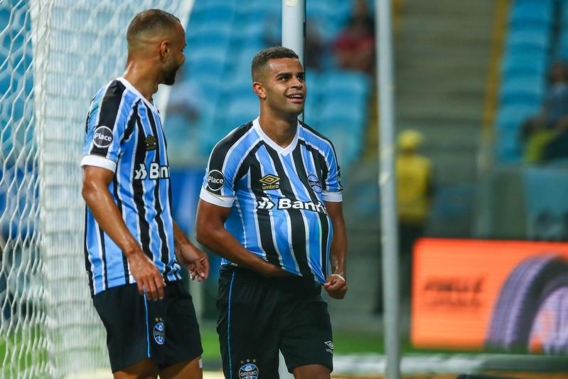 Alisson tá comendo a bola (Foto  Lucas Uebel Grêmio FBPA) 47da8d68401