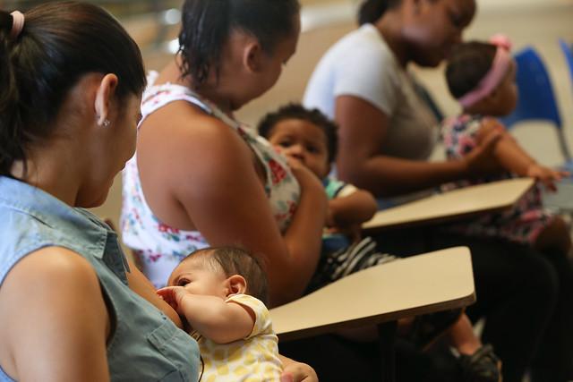 Mães fazem mamaço na Estação do Metrô de Samambaia para superar o preconceito contra amamentar em público. - Créditos: Elza Fiuza/Agência Brasil