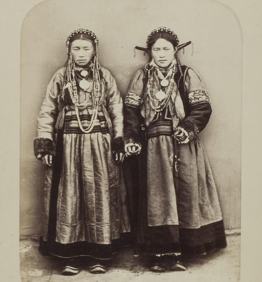 Бурятские женщина и девочка