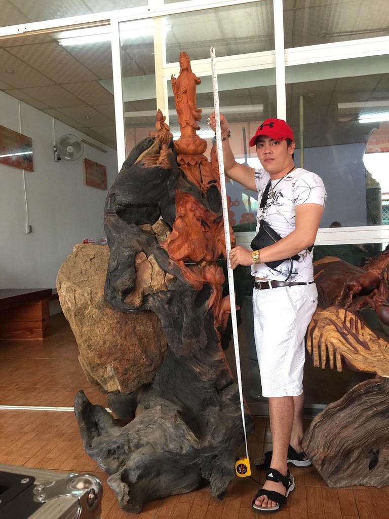 Quan Âm gỗ hương ôm đá -Ngang 0m95 x Cao 2m05
