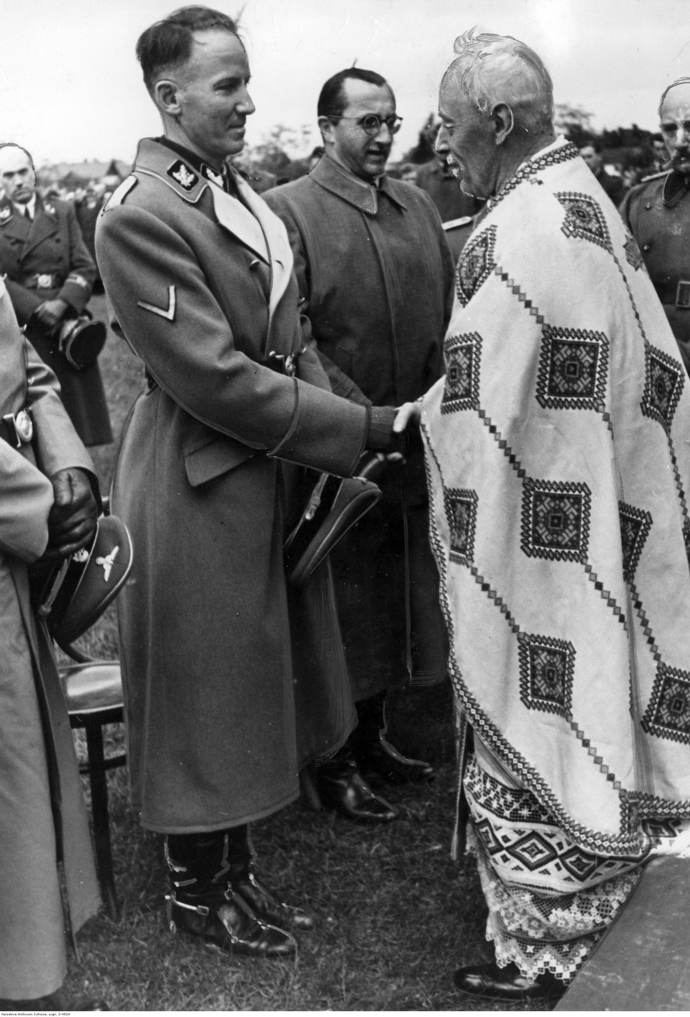 1943. Глава дистрикта Галиция Отто Густав Вехтер приветствует украинского греко-католического священника во время полевой мессы дивизии СС «Галичина». Май