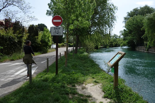 Walking from L'Isle-sur-la-Sorgue to Fontaine-de-Vaucluse, France