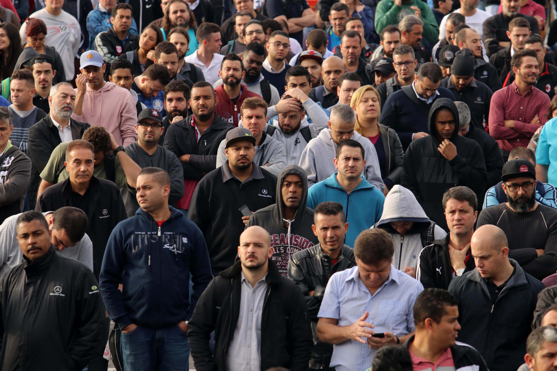 Trabalhadores da Mercedes entram em greve por reajuste e contra demissões
