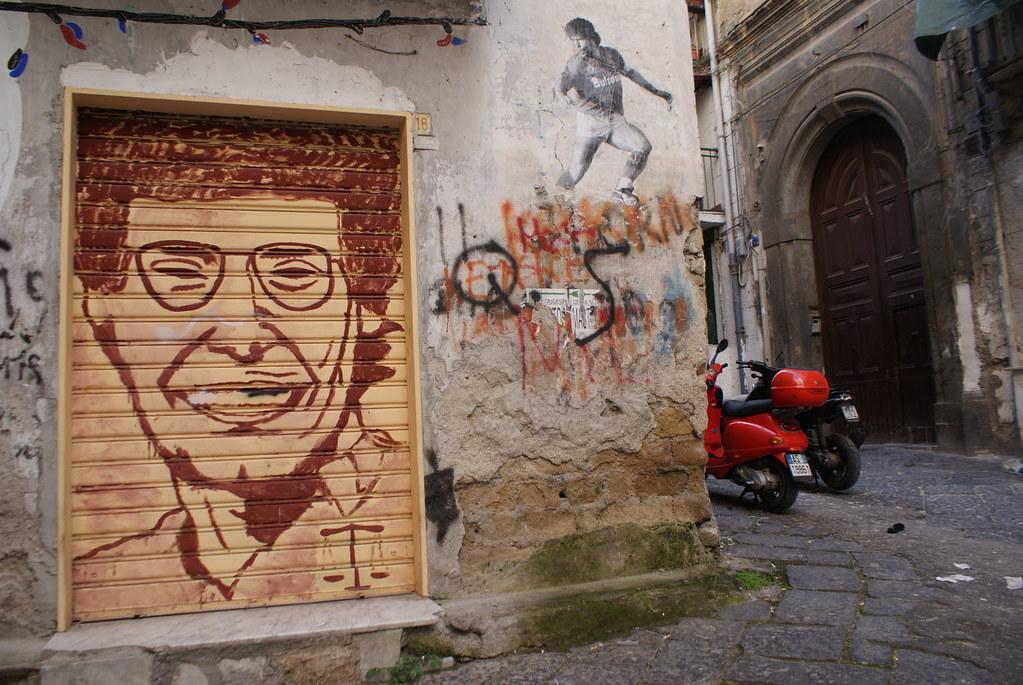 Qui est-ce ? La balance nous indique un Camorriste ou une victime ? C'est un peu plus simple avec Maradona. Quartiers Espagnols à Naples