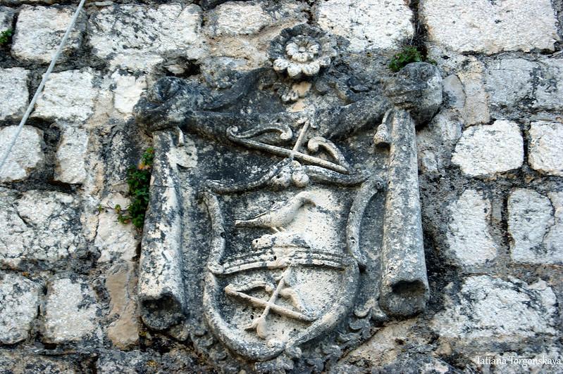 Герб на фасаде церкви Богоматери Кармельской