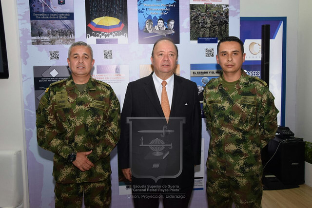 Ministro de Defensa Nacional Luis Carlos Villegas Visita Stand de la ESDEGUE