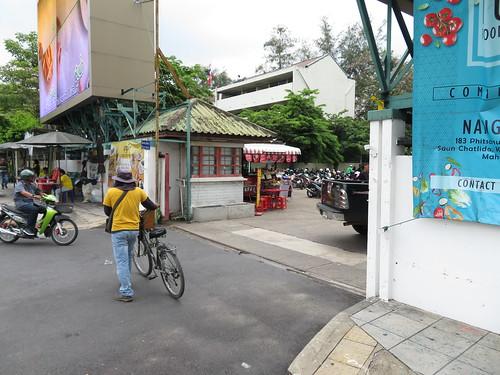 ロイヤルターフクラブ競馬場にバイクで乗り付ける人々