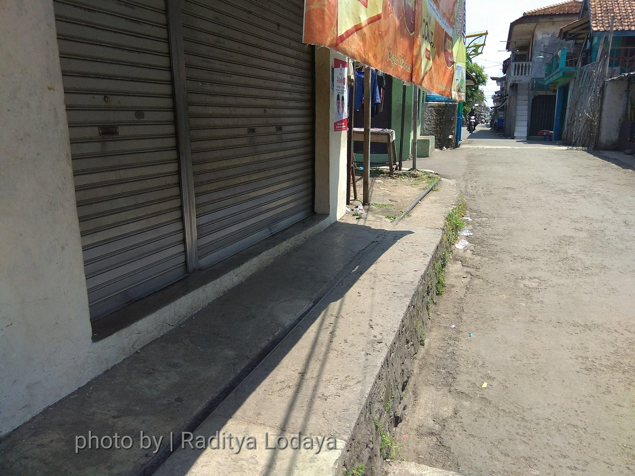 Foto Jalur Rel Mati Bandung (Kiaracondong Karees) 30 - Rel keliatan cuma sebelah dan sebelahnya lagi ketimbun bangunan