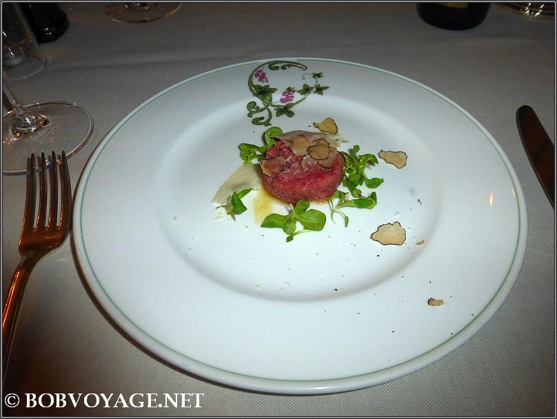 טרטר עגל וכמהין שחורות ב- מסעדת Bovio ב- פיימונטה (Piedmont)