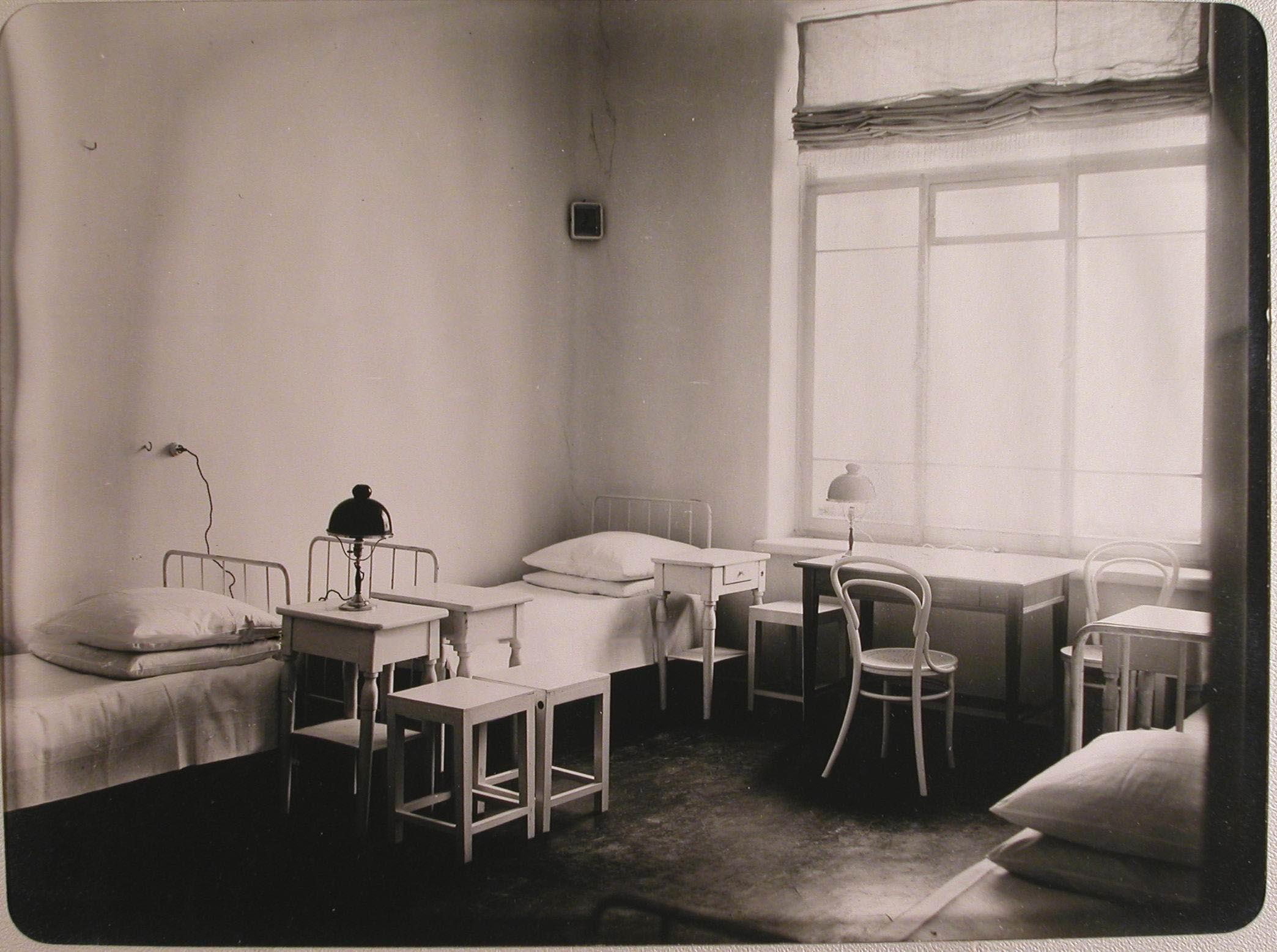 21. Вид части комнаты для сестёр милосердия лазарета, устроенного в женском училище имени императрицы Марии Александровны