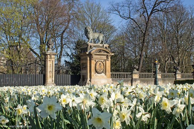 Vicino al monumento a Leopoldo II