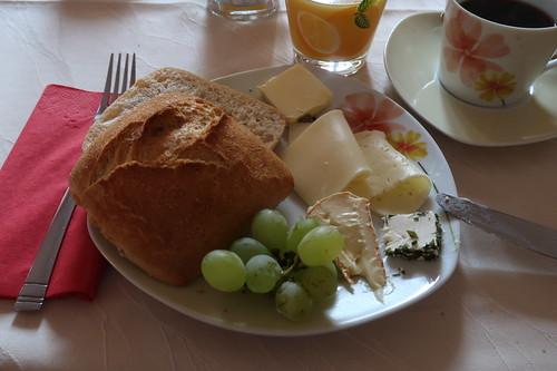 Helles Brötchen mit diversen Käse und Weintrauben
