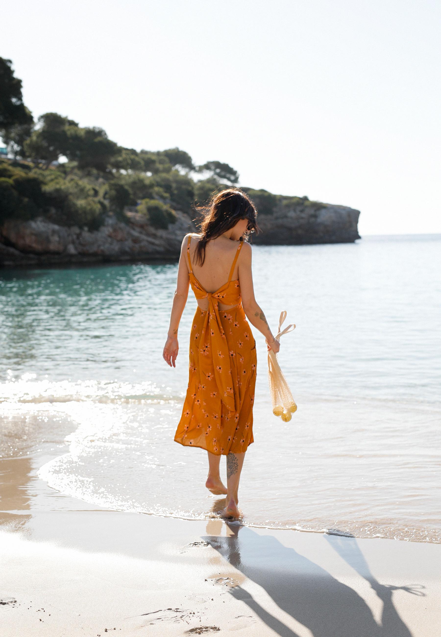 mallorca cala d'or esmeralda beach outfit ootd mood strand shooting mode fashionblogger blogger reiseblog fauthfull the brand asos kleid ocker ochre style bloggers stylist catsanddogsblog ricarda schernus düsseldorf 1