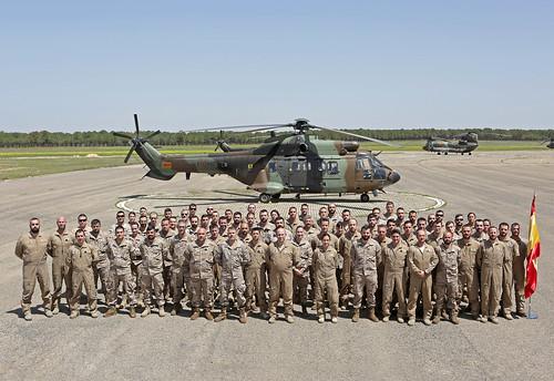 unidad de #helis de las Fuerzas Aeromóviles #EjércitodeTierra al mando de la comandante Gallego, que desplegará con la coalición para apoyar a #Irak