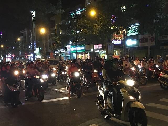 夜もギュウギュウでバイクが走る