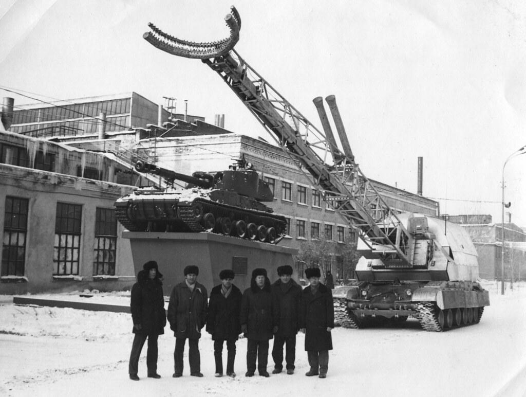 """""""Штурм"""" (изд. 319) около памятника 2С3 """"Акация"""", декабрь 1991 г."""