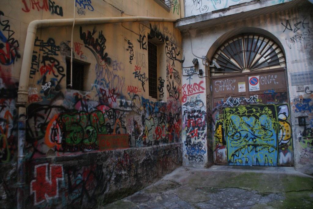 Cacophonie créative dans une allée du centre historique de Naples.