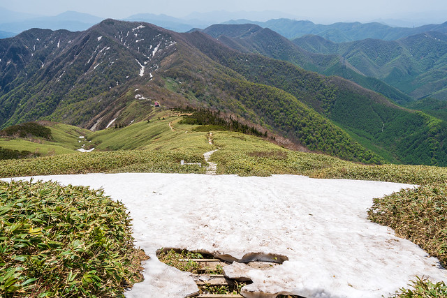 二つ目の雪渓を横断して平標山の家へ