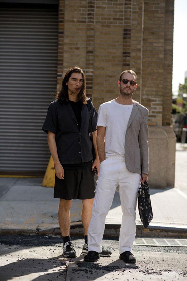黒半袖シャツ×黒Tシャツ×黒ハーフパンツ×黒スニーカー&グレーテーラードジャケット×白無地Tシャツ×白パンツ×黒スニーカー
