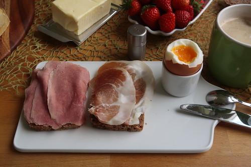 Rinderschinken und luftgetrockneter Schweineschinken auf Dinkelsaftkornbrot zum Frühstücksei