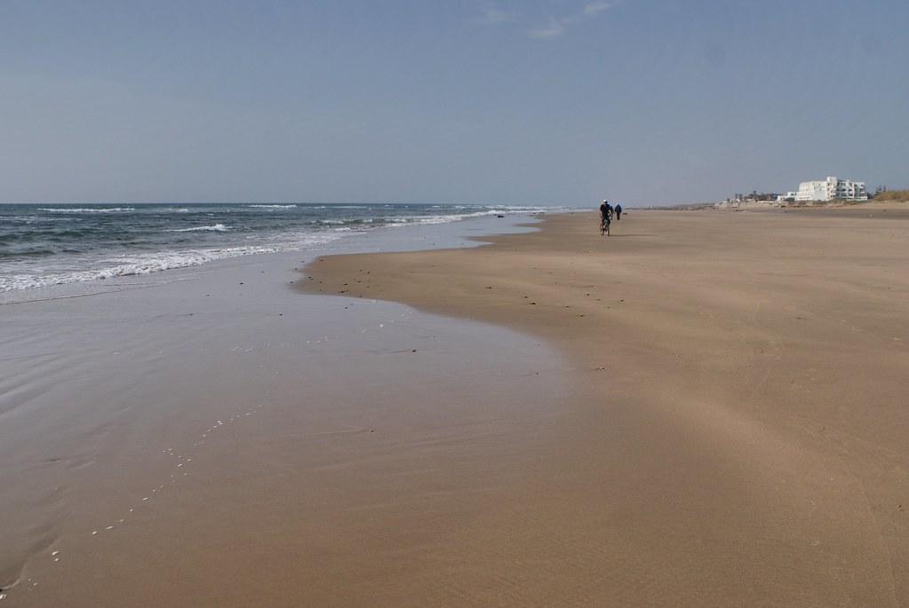 La plage d'Asilah est large, longue et très agréable à vélo.
