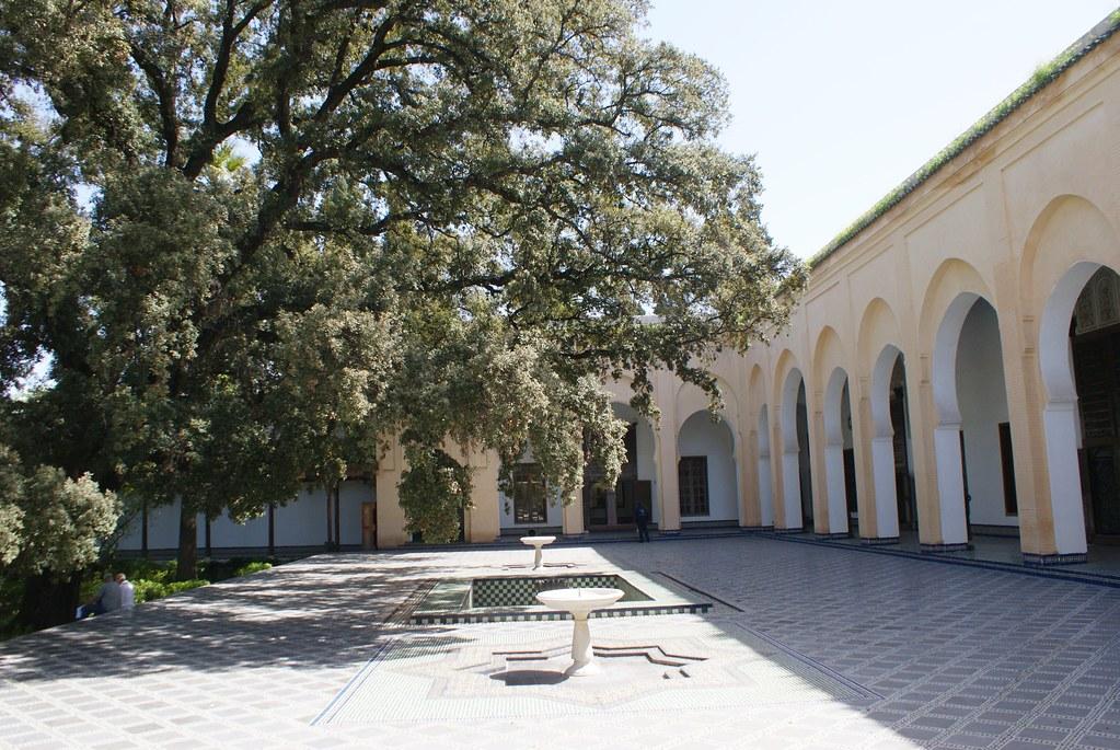 Dans la cour du palais Dar Batha à Fès.