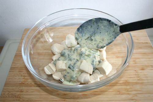 47 - Etwas Sauce zu Teigstückchen geben / Add some sauce to dough
