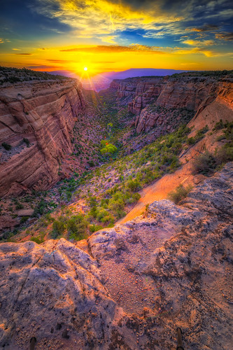 coloradonationalmonument fruita grandjunction redcanyon dawn lensflare redrock sunburst sunrise colorado unitedstates us