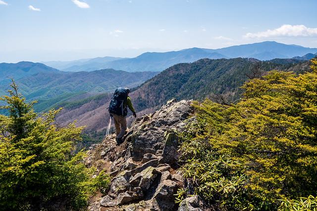 西御殿岩を下る登山者