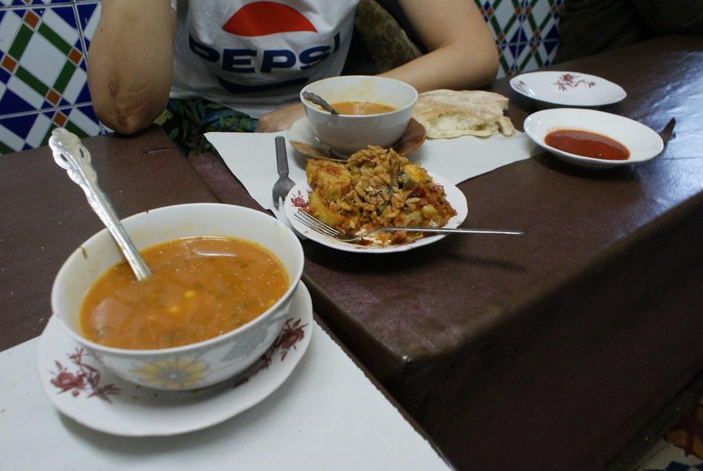 Street food à Fès : Harira + tajine poisson + omelette. Un délice et un super accueil pour 35 drh/personne.