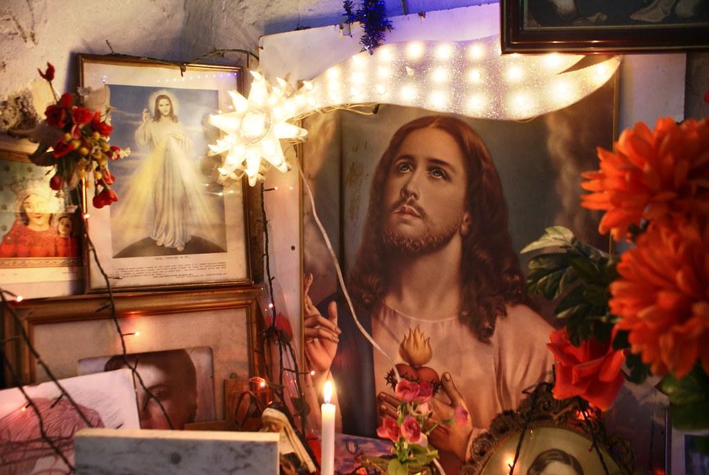 Chapelle familiale avec des images religieuses à Naples.